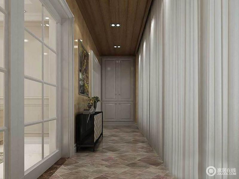步入式的衣帽间本就显的苍白,眩晕的地面提高个人品味。