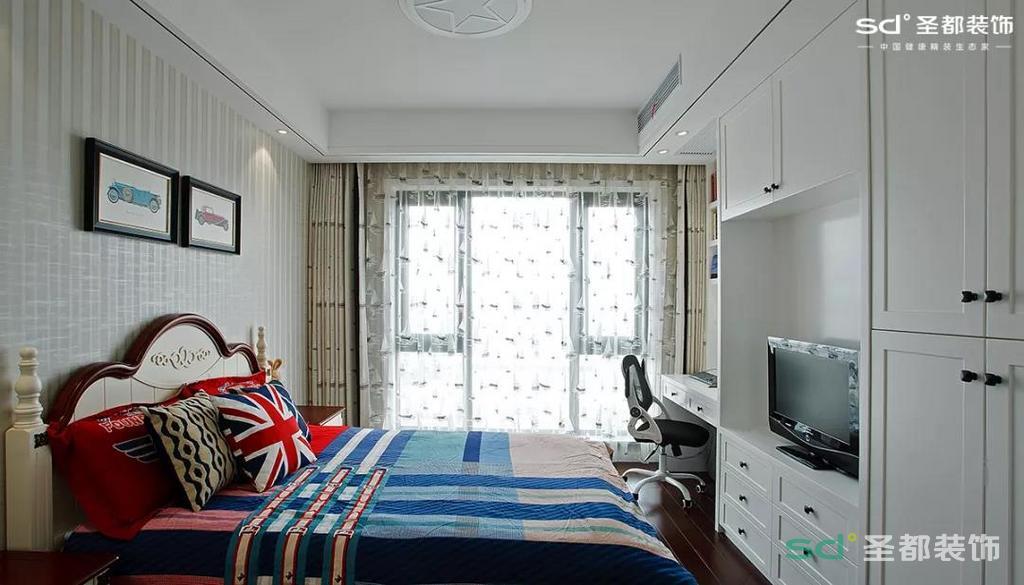 孩子的房间就相对比较活泼了,异曲同工的还是超量的储物功能。明亮的光线、舒适的写字台、简单的配饰,再适合不过了。