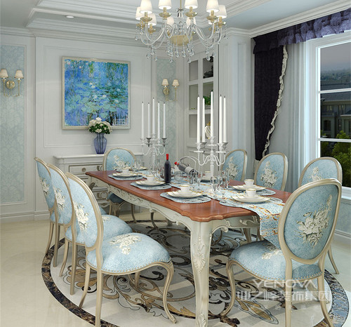 餐厅延续客厅的色彩搭配,以优雅活力的蓝白为主调,从墙面到餐桌椅上的运用,花纹的绮丽点缀装饰,都透着一种缤纷多姿且富有情调的就餐环境;酒柜与餐边柜均采用白色,使餐桌与窗帘的色调显得独特而鲜明。