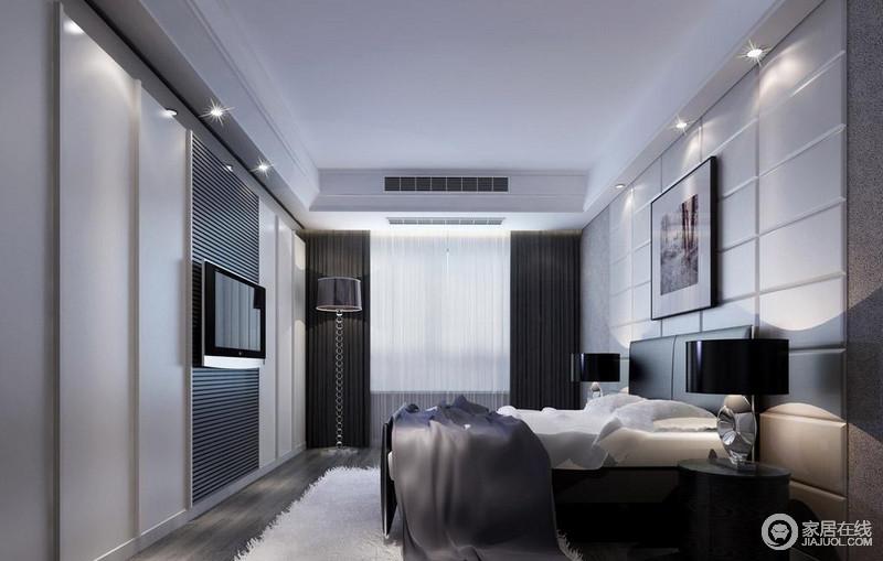 卧室墙面运用丰富线条,诠释空间的立体感,电视墙以竖线条切割墙面与床头横向方块视觉上碰撞;同时电视墙巧妙隐藏衣柜,并在电视背后饰以黑色细密横线条诠释;装饰的线条和深浅的色彩,打造属于空间的独特时尚气质。