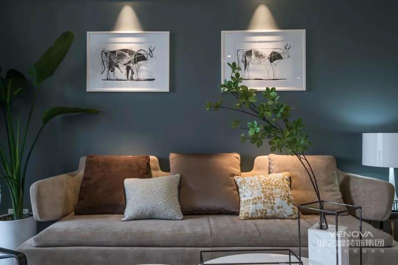 简约欧式风格设计一般由曲线和非对称线条构成,比如一些昆虫翅膀、花蕾、花梗或者自然的波浪形图案等,一般这些花纹体现在墙面、栏杆和家具等方面。