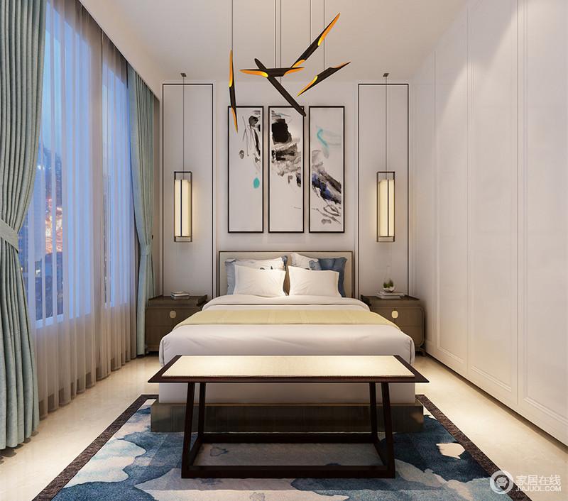 卧室并没有繁杂的用色,白色衣柜与顶面呈一体式,整洁而实用;背景墙简单地以矩形线条装饰立体之美,云墨书法画增加雅韵;矩形吊灯与实木床头柜对称中裹挟着新古之意,墨蓝色地毯衬托着新中式木柜,而黄铜吊灯激活了空间的新潮。