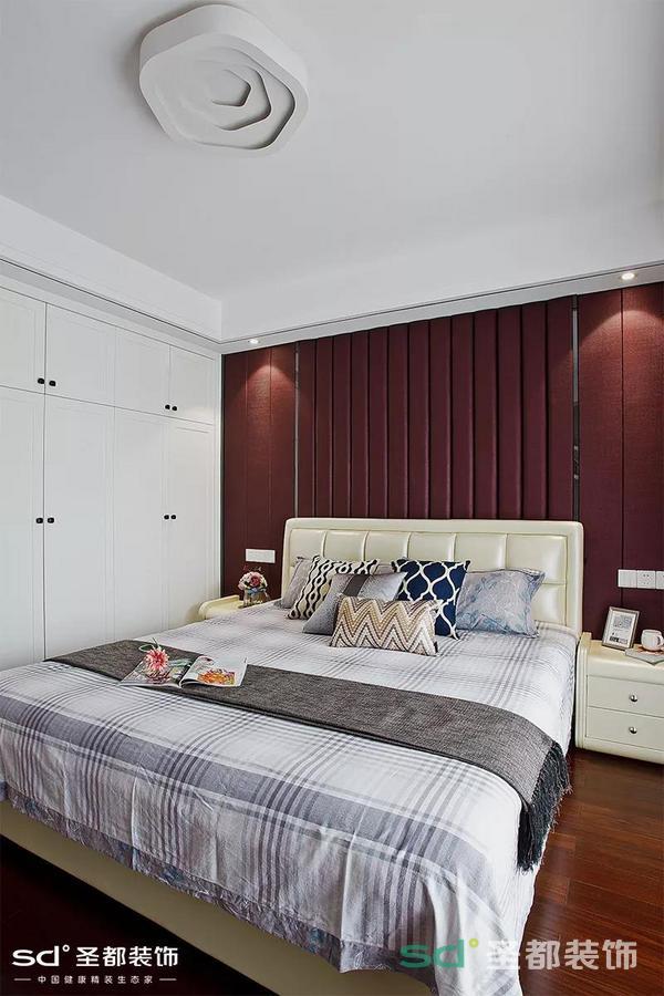 上楼是卧室和衣帽间,储物功能十分强大。竖条纹的背板给卧室增加了一点复古和高级感。