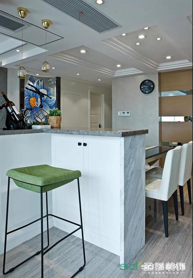 餐桌边上是一个小吧台,用餐时可以放些空盘子、纸巾,也可做醒酒台,十分实用。
