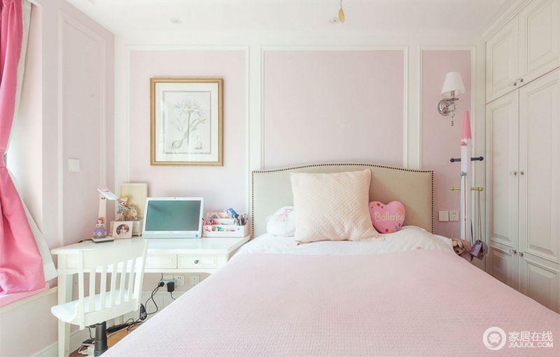 次卧以粉色为主调,成就了生活的甜美和温馨;虽然看似墙面悬挂了挂画和壁灯,无形之中表达出一种和谐感;书桌椅以白色为主,搭配得也是刚刚好。