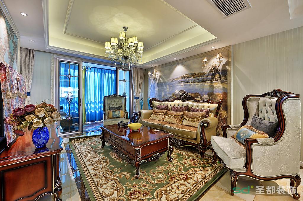 客厅金色灯光的烘托之下,呈现出炫目的华丽色彩,墙面被勾勒的层层叠叠。造型典雅的沙发在欧式元素的演绎下,兼具轻盈的梦幻和沉稳的华奢质感。