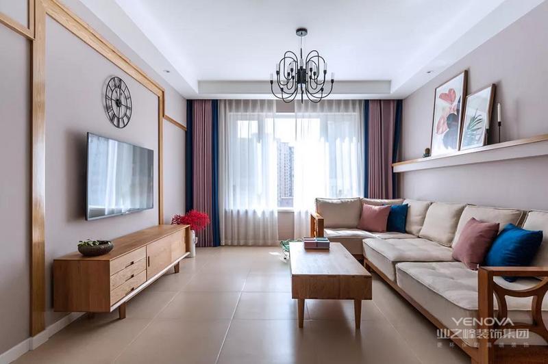 这是一套总面积为120平米的北欧三居,在色彩搭配上,设计师使用了素白、浅粉、明黄、浅灰、浅咖,以及近年流行的大地色系,整个空间简约清新,又很有家的温度,一起走进去看看吧!