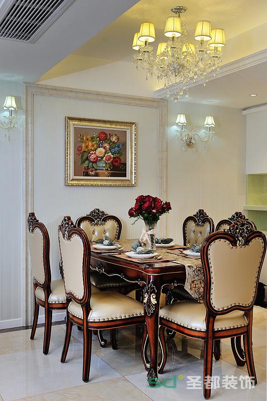 餐厅墙面以拼接的形式展现,挂画艺术氛围的营造,烘托出雅致的就餐氛围。深色系的餐桌椅,镶嵌着精致细腻的雕花,搭配同色系边柜,彰显出厚重贵气。