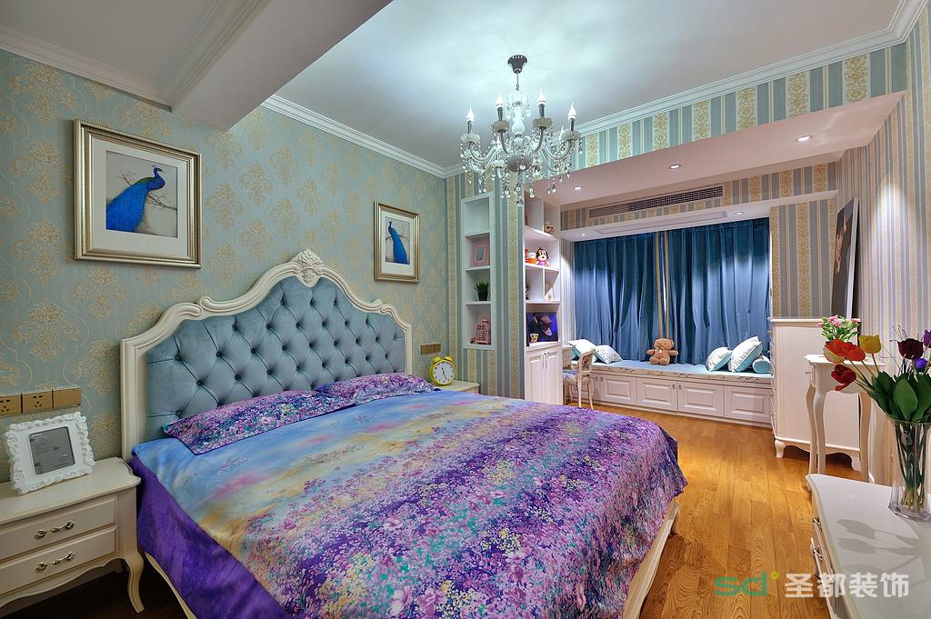 次卧和主卧的色调基本统一,淡蓝色映入整个房间,阳台做了榻榻米,打造休闲一隅。