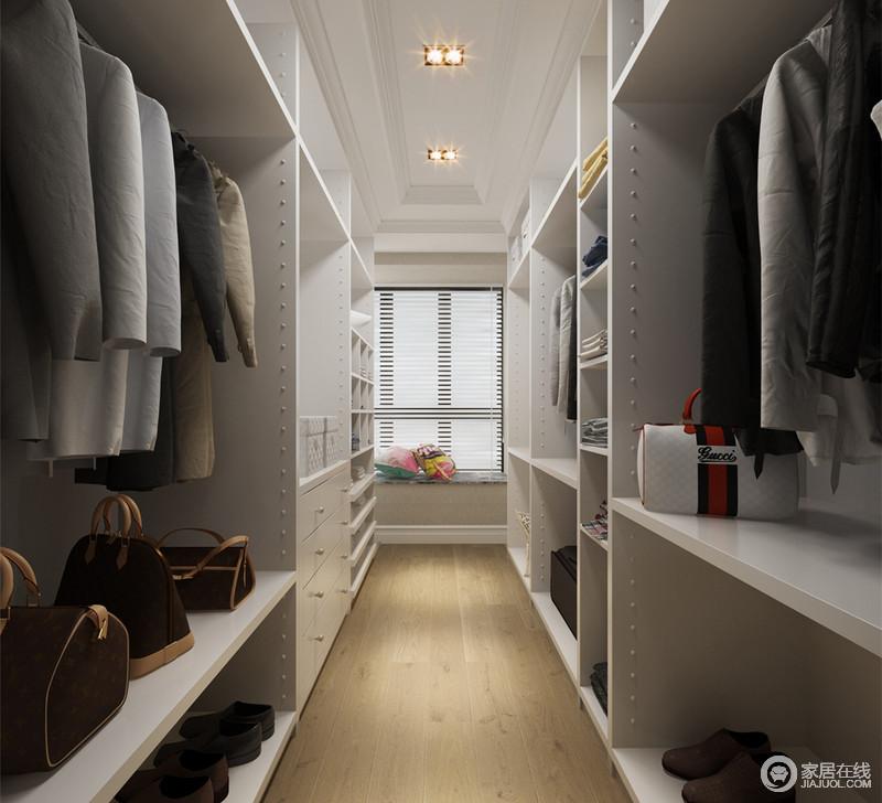 狭长型的衣帽间,多功能格子置物柜分饰在两侧,高低错落的格子,让衣物有着规整的分类;衣柜采用干净的白色,搭配自然原木,释放出的清新让空间洗练利落;飘窗也被利用起来,被打造成休息台。