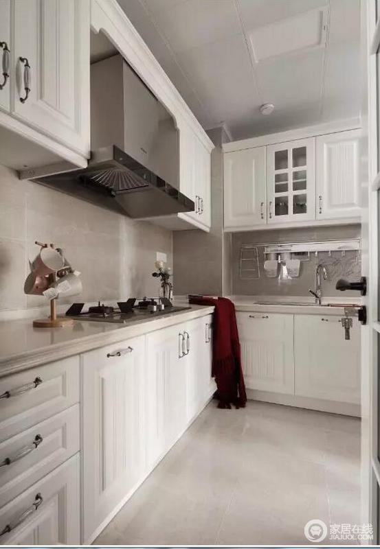 厨房的墙面铺贴了浅色的瓷砖,配以白色橱柜,增加厨房的明亮度;由于主人一家都比较喜欢中餐,没有选择嵌入式烤箱,根据主人的需求再自己添加,让实用成为设计的主题。