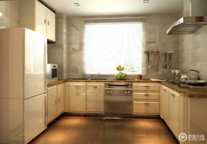 厨房灰白大理石墙面质感光滑洁净,在光影映射下,泛着明快的亮光,提升空间的明亮度;地柜和一侧吊柜采用米黄色柜体配花金理石,柔和素雅的让空间溢满温馨;地面则用棕咖地砖烘托,与橱柜及墙面形成层次,U型空间显得舒朗简约。