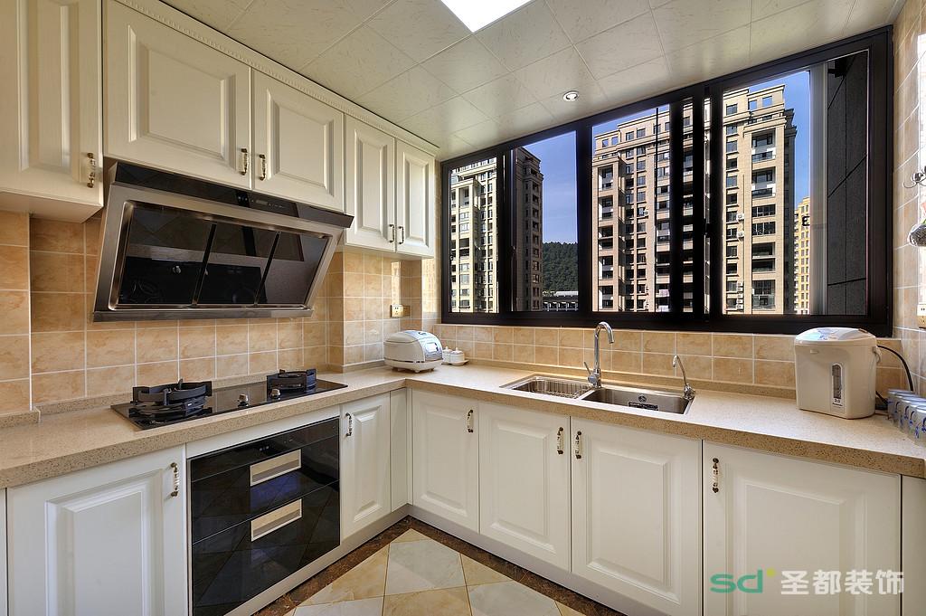 主人比较爱做饭,厨房的大窗户宽敞明亮,米白色的橱柜显得空间特别大。