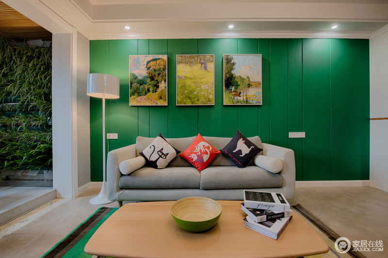 客厅的背景墙以绿色板材为主,再加上自然田园的挂画点缀,营造出浓浓地清新和悦;灰色沙发因为绿色靠垫多了色彩,而白色落地灯守候在一侧,与茶几、条纹地毯,为你营造悠闲感。
