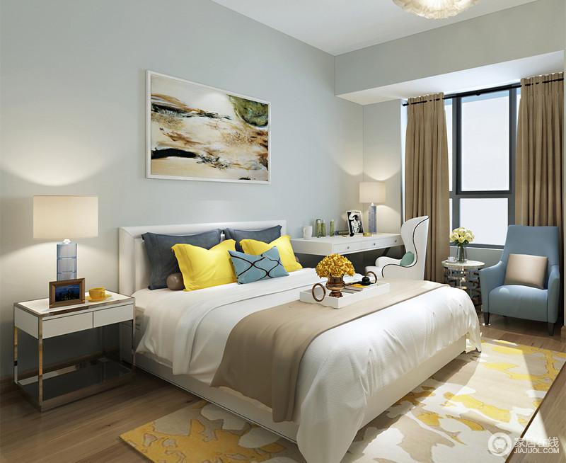 浅灰蓝的卧室在灯影映衬下,有着恬静温情的清新;床头柜与梳妆台承担了空间的置放功能,双人床上大面积的白点缀着黄蓝灰褐,交织出饱满的视觉效果;地毯与画作及座椅的色彩渲染,缤纷出空间的轻盈灵动的优雅。