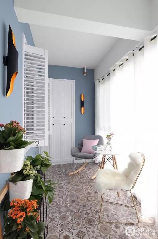 阳台总是家里最好的休闲所,能晒太阳、呼吸新鲜空气外,还能养养花、看看书,陶冶心性,与三两朋友一起来顿下午茶,好像也是蛮不错的,正是这样的蓝白搭配,让原本的家具也变得更为精致。