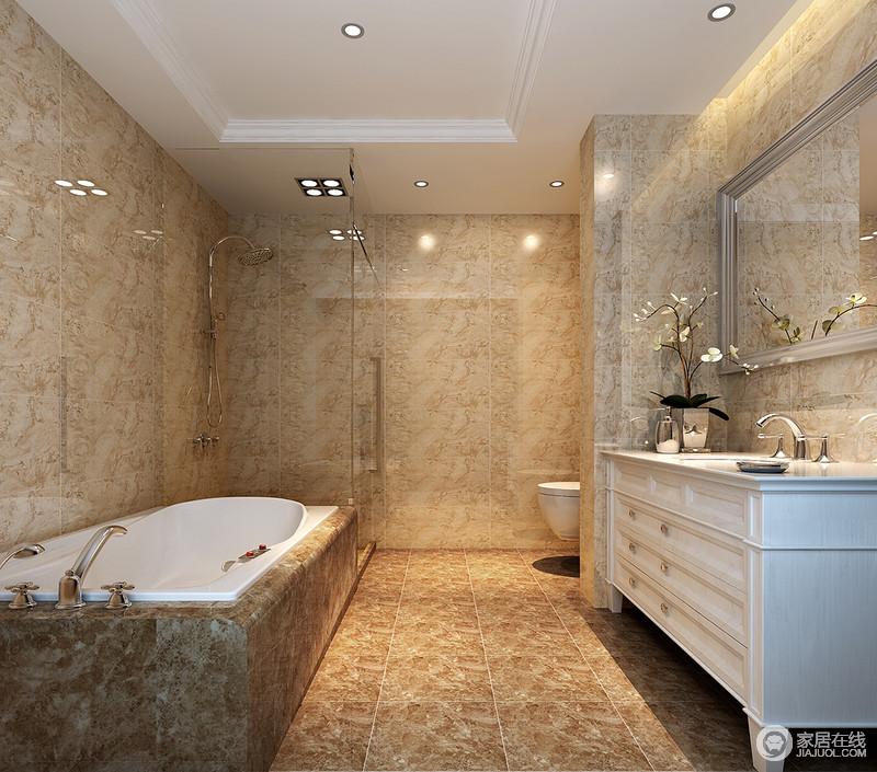 卫生间以土色砖石铺贴出复古稳重感,同时,也多了一份原始的朴质,材质是装修的一大重点,学会以材质的色彩和肌理装饰,会让家更与众不同;浴缸也以此呼应,并与简欧白色盥洗柜呈对称分布,让生活方便。