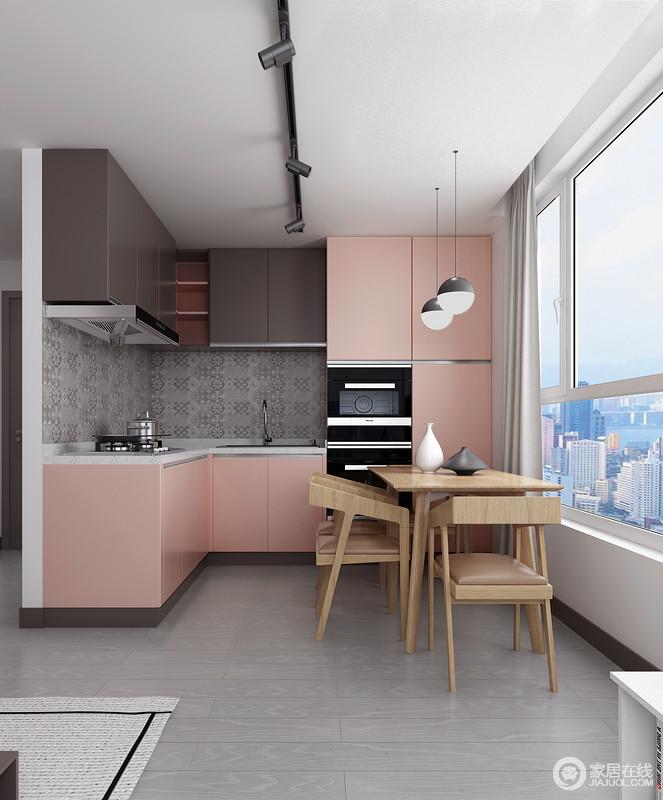 开放式的设计让空间收放自如,餐厅与厨房一体式设计更为现代;灰色地砖搭配粉色橱柜,给予空间甜美和温馨,实木餐桌椅搭配带来自然的朴素,也表达了主人对生活的给予的希望。
