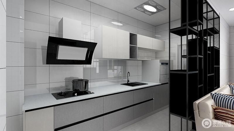 厨房原本为封闭式,现将其一面墙拆除,改为置物架,既使其成为了开放式厨房,又为沙发背面提供了遮挡,既扩大了室内空间效果,又保持了市内的整体感。