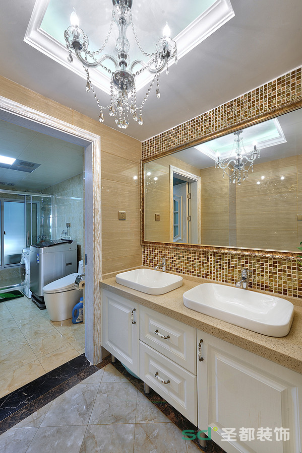 卫生间是米色的大理石纹理如脉络般盘综,仿古马赛克砖烘托出浴室轻盈素雅。