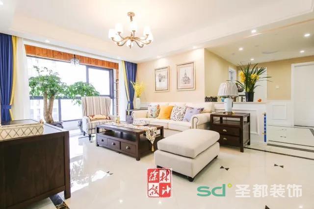 客厅大面积的落地窗保证了室内光线的充足,米色的沙发端庄又大方,窗帘则采用清爽的蓝搭配温暖的黄色,是属于夏天的颜色,增加了空间的层次感。