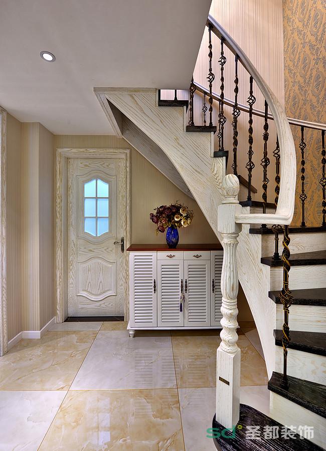 楼梯以欧式风格展现,白色的纹理搭配不一样的楼梯走线,透出一种欧式风情。