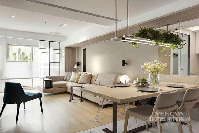 简约设计的另一个核心要素是家具与陈设。在简约风格室内设计中,装饰装修只是表现风格的一种元答案补充素,而真正起主导作用的是简约的家具和点睛之笔的陈设品。家具与陈设品的选择直接影响着设计风格及生活质量的高低,简约的室内设计,其家具与室内整体环境也非常协调,总的特征是造型简单但不失优雅,常常用黑、白或灰的色彩计划,很少有装饰图案,显得含蓄而大方。在家具的选择上宜精不宜多、宜简不宜繁。