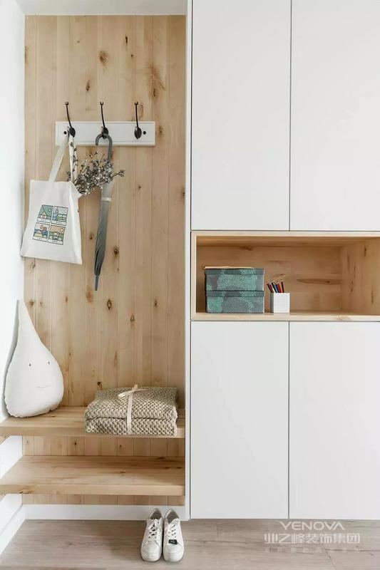 这是一套北欧风格的装修案例,设计师做了些改变,让房间明快起来,合理布置软装与色彩调性,让整体空间温馨而明亮,舒适而又美好。希望这套装修案例能给准备装修的大家带来一些灵感。