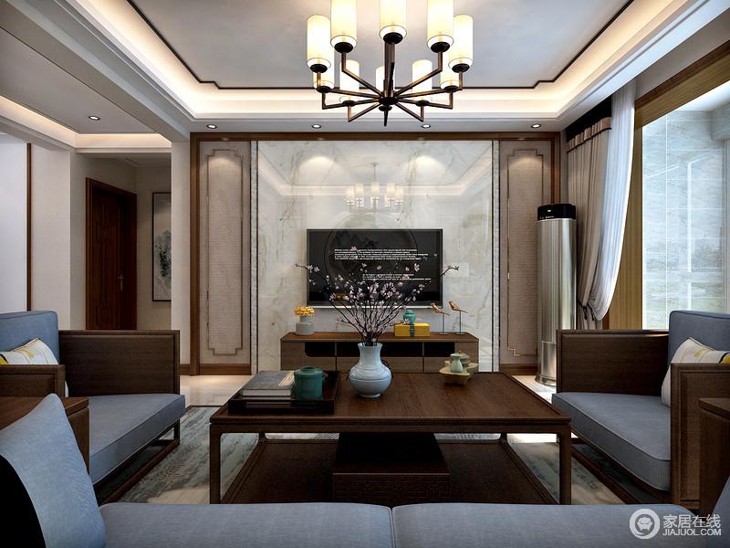 客厅电视墙木质边框加贴砖工艺让整体效果看起来温馨有质感。又与中式家具相映成趣,整体搭配更和谐。茶几香炉小摆件让中式气息更浓厚,也体现居室主人的品味。