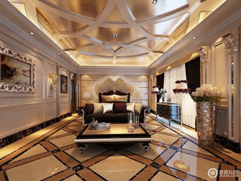 主卧室面积非常开阔,空间天花、地面和床头背景墙,线条的辉映交织拼接组合,在疏密的比例中,让空间充满了活泼华丽的高雅视觉感受;深红色的双人床、沙发和窗帘庄重沉厚,与轻盈的白色护墙板,碰撞出成熟雅致。