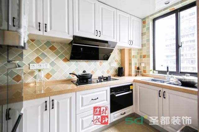 厨房墙面的花砖搭配白色的橱柜面板,整个空间都显得格外的优雅小资大方。