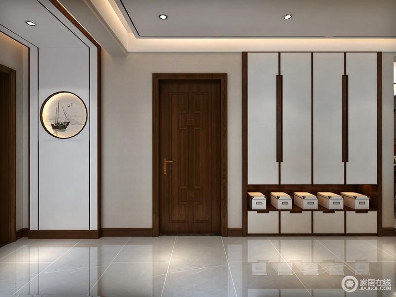 门厅设计采用流线型衣柜装饰,并借独立式鞋盒装饰来发挥空间的收纳功能,而条形柜面,与墙面的圆形画作让整面墙具有设计感,清和而平静。