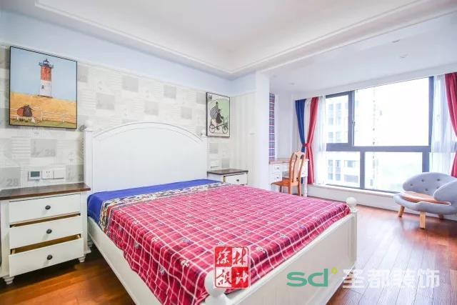 小孩的房间运用了经典的美式斗柜、条纹窗帘等元素,两幅充满童趣的挂画带来无限遐想。深色地板满铺,为空间带来厚重与温暖。
