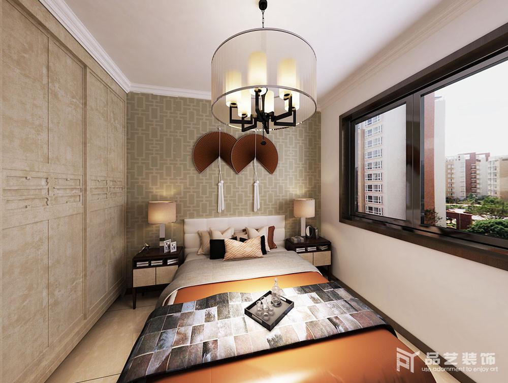 臥室的衣柜十分古樸,以傳統中式設計解決收納需求,中式風情的壁紙搭配折扇,加重了空間的東方之意;床頭柜搭配臺燈既解決了日常的使用,也以對稱的方式,讓家中正大氣。