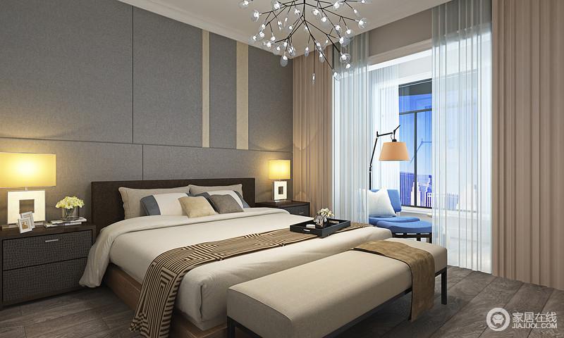 卧室简约而独特,大面积方块灰色软包烘托的空间沉静温和,搭配木质地面,增添温暖的空间质感;深浅交叠的床品与窗帘色调素简搭配,色彩彰显出的浅淡安宁,让休憩氛围愈加轻松;开阔阳台上,蓝色休闲椅配落地灯,轻快休闲。