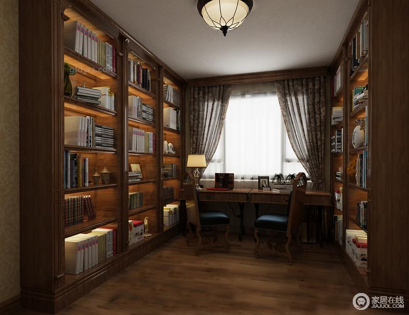 书房与空间的艺术格调相反,以美式胡桃木书柜来增加空间的书香气息,书柜对称摆放在空间,和谐之中,与木色的地板连成一片,给人一种宁静致远的感觉;美式桌椅搭配使得空间多了复古感,让人愿意沉下心来,好好读书。