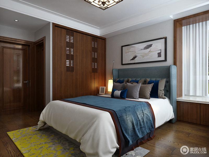 主卧室床背板向外突出,放佛是手臂张开,呈环抱状,沉稳的木质衣橱、舒适的床上用品、恰到好处的灯光、篆刻着花纹图案的装饰画等共同营造出恬静的睡眠氛围。