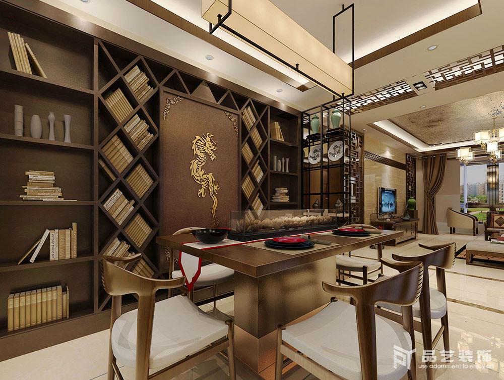 餐廳巧妙地將墻面做成了一個不規則的收納書墻,并借立面來表達東方氣韻;木質的吊燈和陳列柜上的器物加重了空間的中式質感,而新中式座椅組合也給生活帶來時尚。
