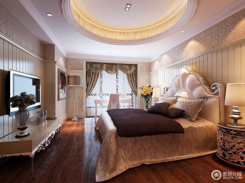 空间墙面采用优美的印花壁纸拼接白色条纹墙板,显得清新浪漫富有层次;有着缱绻花瓣造型床头的双人床上,床品深浅配搭,布艺上花纹精美细腻,呼应着床头柜上的精雕细琢;落地窗前,放置了白色书桌椅,用作梳妆台使用。
