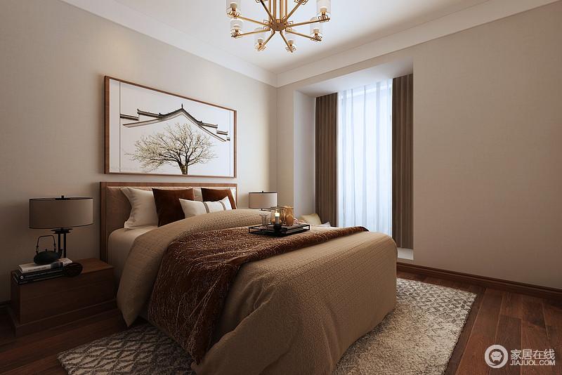 卧室以驼色漆粉刷墙面,浅色柔和的墙面塑造了一份静谧地温馨感,而褐色实木地板以质感取胜,与之呈现色彩对比之余,更多了稳重,平衡出大气;实木床头柜造型简单却对称出和谐与实用,而铁艺圆形台灯与驼色床品让徽派建筑的挂画更显净朗,菱形地毯平衡出空间的色彩雅韵。