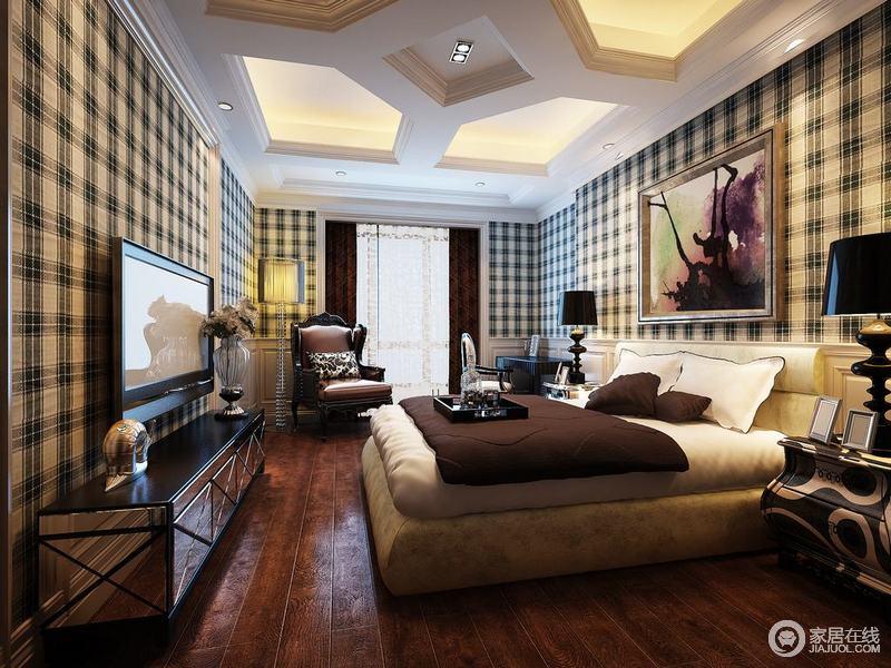 内敛沉稳的格纹壁纸墙面,搭配着棕红实木地面,传递出朴实而热烈的隽永雅致;除电视墙外,其他墙面还拼接了白色的护墙板,与天花板上的跌层凹凸呼应;层次丰富的卧室里,典雅的家具有序配搭,造型上时尚感强。