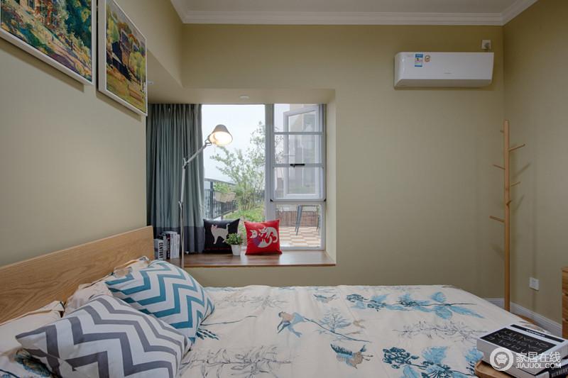"""卧室以""""深居简出""""的方式,为主人营造了一个舒适的睡眠环境,没有太多的装饰,更为轻松;米色漆的墙面与实木家具的简约,构成一种自然,而飘窗出的蓝、红靠垫和台灯等组合出休闲的意味,格外惬意。"""