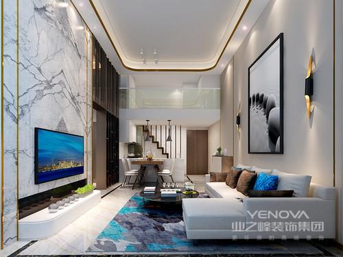 客厅背景墙采用大理石搭配铝合金条,比例分割合理,自然大气,吊顶采用同样的方式打造着天然的氛围;白色沙发在灰蓝色块地毯的渲染中清韵十足,个性壁灯增强了现代感,使开放式空间更整洁温馨。