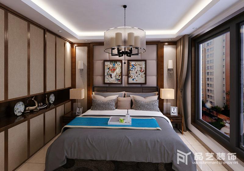 臥室整體色調以駝色和灰色為主,木框作為裝飾,從軟包背景墻到衣柜,框裱出了幾何美學;從收納到表達東方藝術上,整個設計平衡出了穩重,也足夠溫馨。