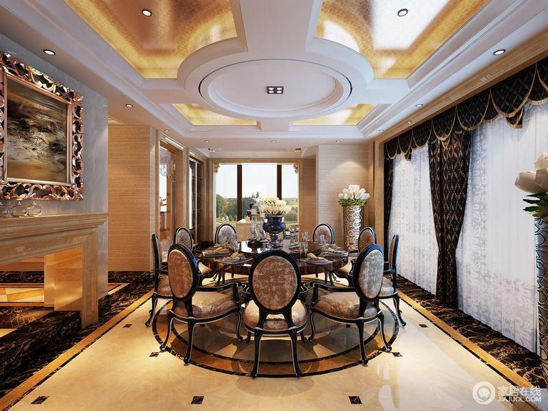 餐厅空间宽敞,同样以圆的元素打造,结构型的天花顶饰以金箔提亮,烘托着适合多人使用的餐桌椅;餐椅上印花点缀,呼应着浓淡分明的窗帘,渲染空间的浪漫气氛;走廊相接的墙面,半悬空隔断,让空间多了通透疏朗。