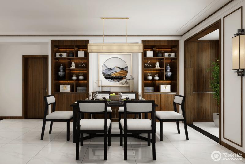 餐厅以白色为主调,通过褐色实木展陈柜和黑檀木新中式餐桌餐椅来为空间着色,简单之中赋予了生活中式温度;艺术品和写意画无形中透露出主人的品味,而新中式壁灯也装饰出空间的格调,令东方之味更为浓烈。