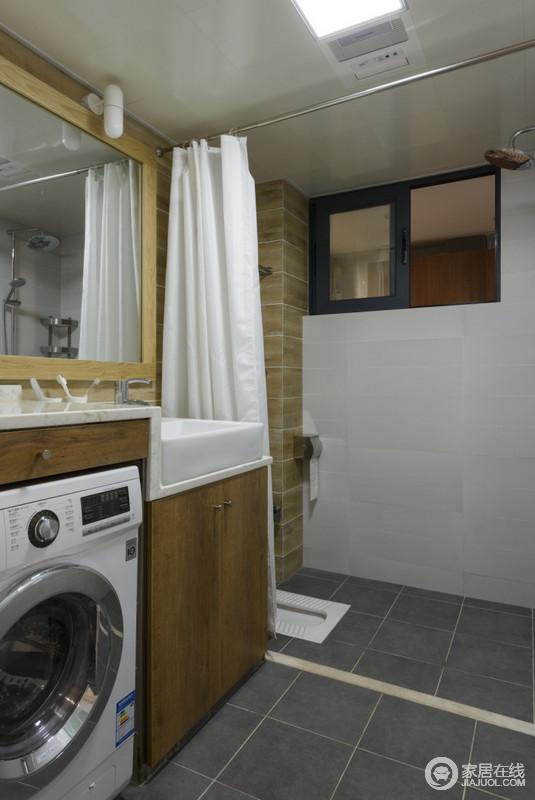 卫生间以深灰色砖石铺贴地面,造就朴质和素静;白色与米色墙面构成纯暖,给予空间色彩层次;实木高低错落地盥洗台增加了空间的规整,并传递出简约、实用的生活主张。
