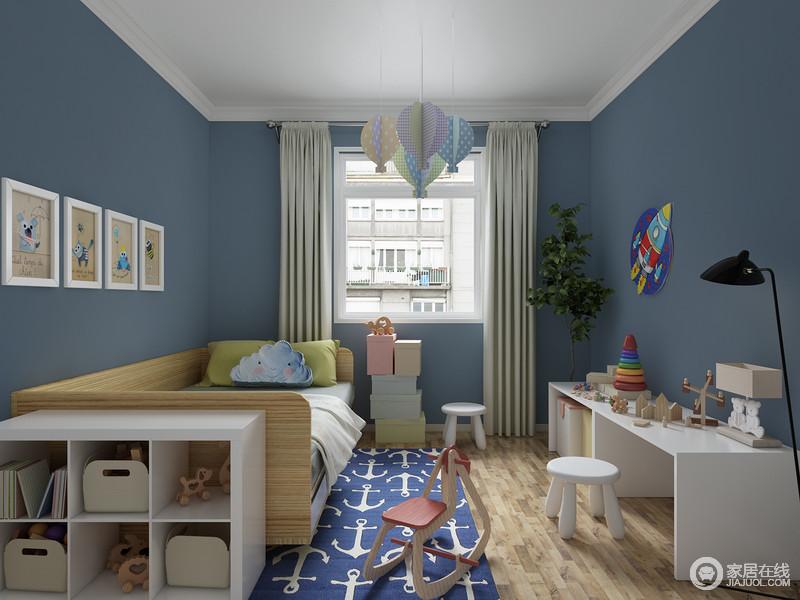 孩子长到7-8岁的时候,房间可不能再像儿童房那样布置了,要为其营造一种童趣和舒适;蓝色漆粉刷墙面搭配白色吊顶,再加上家具也以白色为主,着实营造了一个海天清雅的空间。