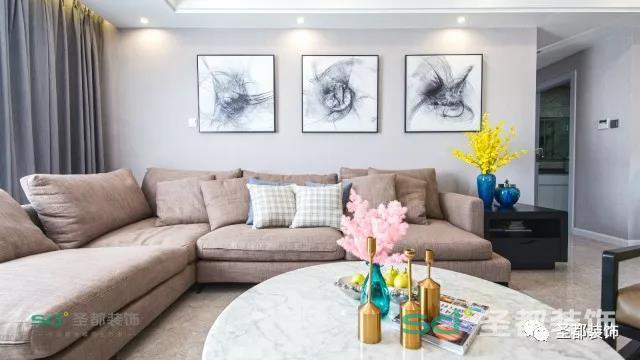 房子的屋主是典型的三口之家,空间设计上能够满足日常居住所需即可,没有过多特别需求。设计师整体上化繁就简,用细节提升质感,整个空间中黄铜元素的点缀多了几分精致。