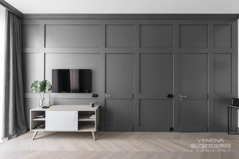 客厅整体看起来很有质感,搭配一张灰格子单人沙发,整体看上去非常的干净、整洁。还有一盆绿植,生机勃勃。